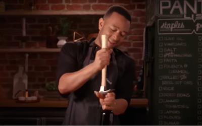 Come aprire una bottiglia di vino senza usare il cavatappi, spiegato da John Legend