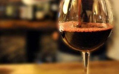 Bere vino prima di dormire fa dimagrire: ecco perché