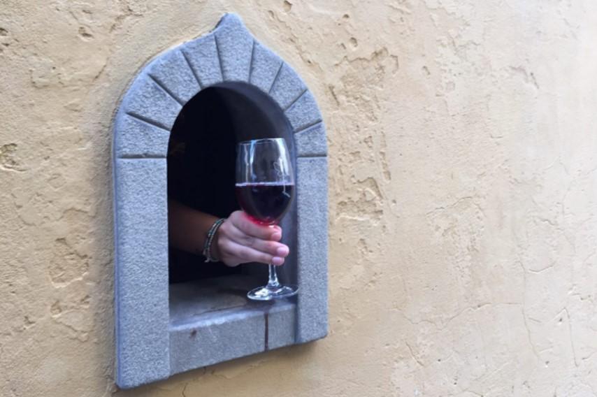 A Firenze hanno riaperto una delle storiche buchette del vino: ecco cosa sono